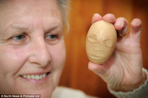 """蛋壳似火星人脸 英国一农场现""""外星""""鸡蛋"""