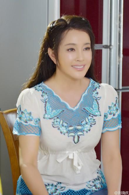 刘晓庆shigesaobi_刘晓庆穿连衣裙似少女