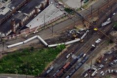 美国一列车严重出轨事故现场