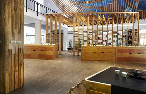 重点设计:木作展示台 编辑点评:空间的运用上,前端落地玻璃划分出