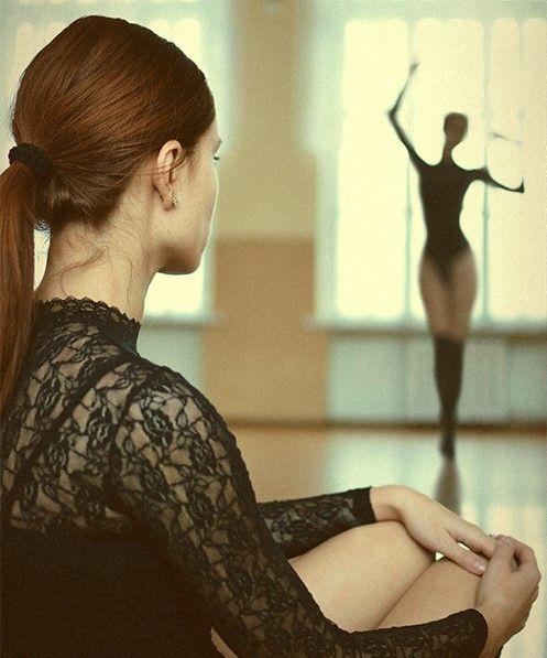 妇女人体艺术_人体摄影:女子只着白衬衫作画