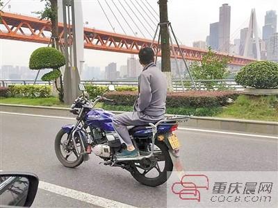 摩托杂技_大哥,你在耍杂技吗 摩托不是这样骑的呀|避让|摩托_凤凰资讯
