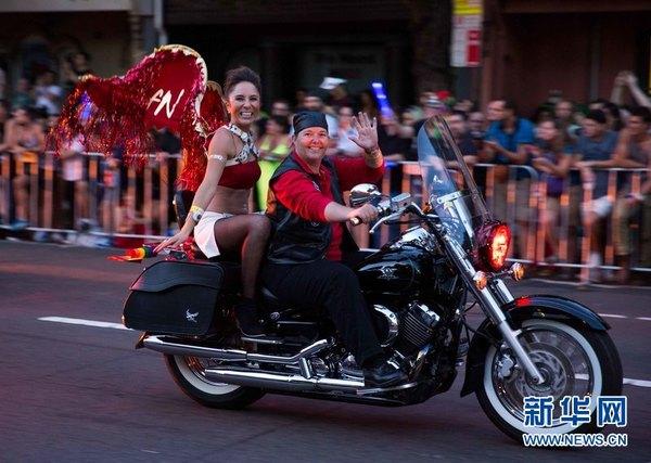 亚洲日本女同性恋mp4_图为女同性恋骑着机车登场当日,悉尼同性恋狂欢节花车游行盛大举行.