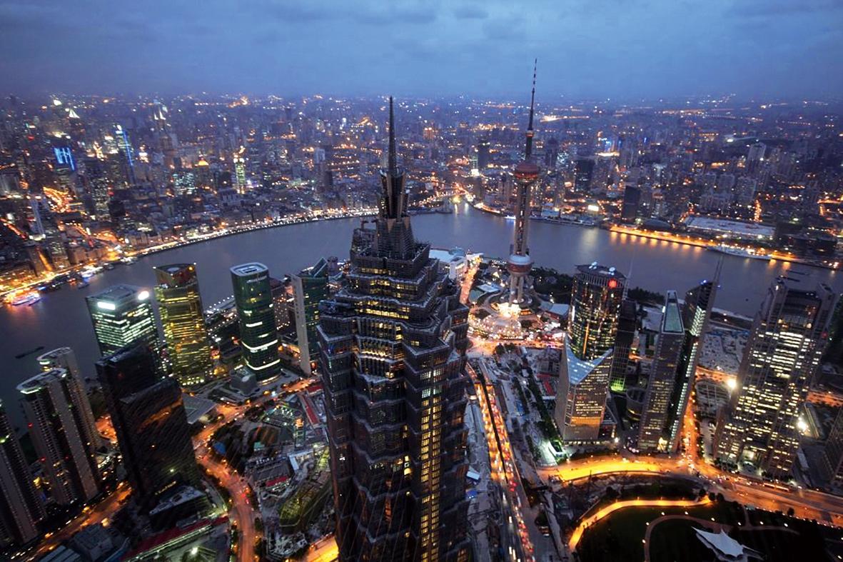 現在的浦東(內側)和浦西。 在朱镕基任職上海的最后一年多時間里,浦東開發如火如荼地進行。他推出了關稅豁免、自由進入、土地批租、開放外資銀行等一系列特殊政策,使上海市政面貌為之一變,給市民帶來莫大鼓舞。不僅如此,整個20世紀90年代,浦東開發及其帶動的長江三角洲的發展,是中國經濟版圖上最激動人心的成就之一。