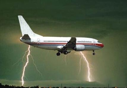 西班牙队回国飞机遭雷劈