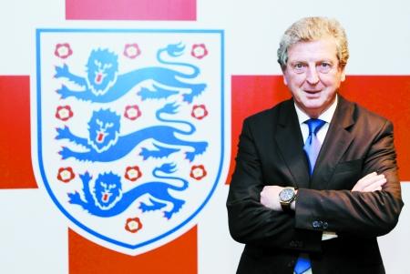 霍奇森与英格兰队徽合影