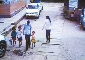 家庭幼女_昆明某单位宿舍区保安疑似性侵幼女 被警察带走