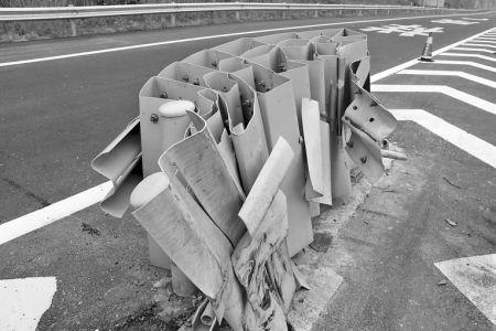 被貨車撞壞的高速公路可導向防撞墊。