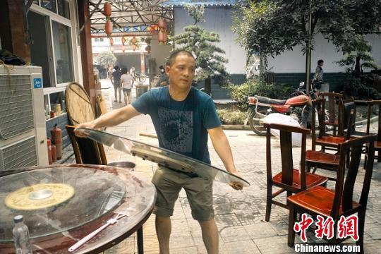 """都江堰""""锤子哥"""":救人是人的本性(图)"""